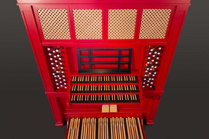 traditioneel uitziend orgel met trekregisters gebasseerd op het Utrechtse Dom-orgel