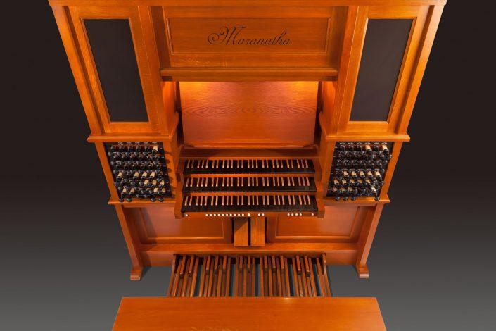 Hoog orgel van eikenhout