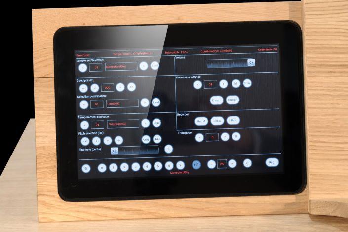 Tablet ten behoeve van het bedien van de Hauptwerk software. kan in en uit een lessenaar geschoven worden.